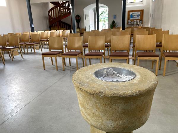 Das Taufbecken in der evangelischen Kirche Timelkam